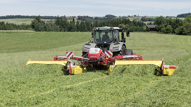 Hydraulic side shift system on the NOVACAT A10 mower combination