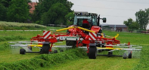 TOP 842 C: The new large centre-swath twin rotor rake for professional operators