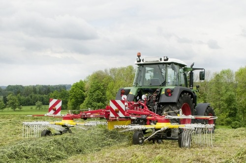 Unbeatable manoeuvrability: PÖTTINGER TOP 612 rake